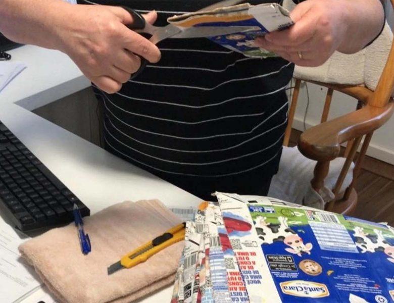 Voluntárias confeccionam placas térmicas para revestir casas em Gramado e Canela