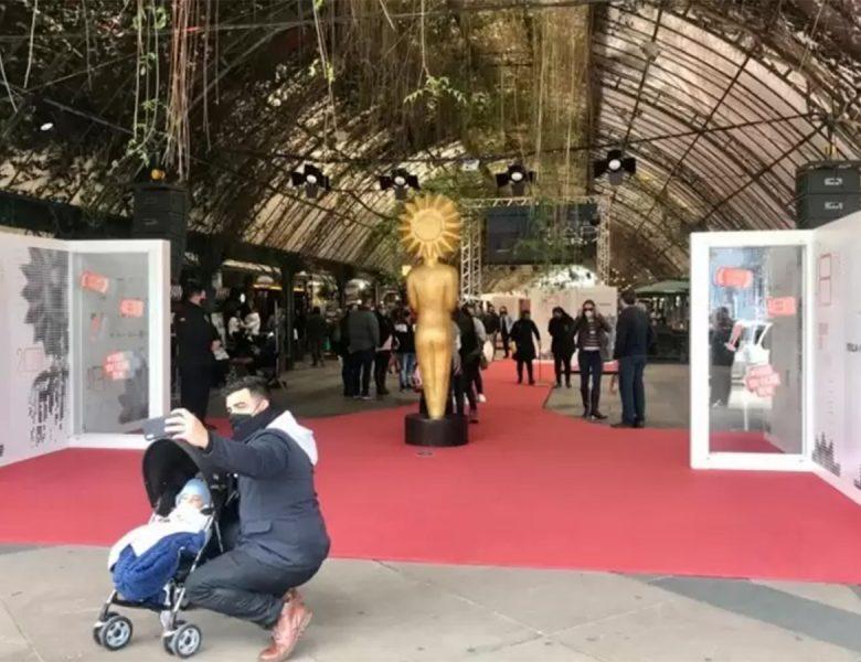 Turistas aproveitam decoração de Gramado para o Festival de Cinema